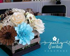 Centro de mesa con flores de papel para bautizo