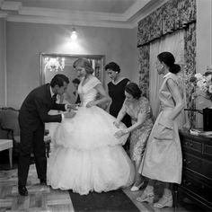 Ao longo de mais de 60 anos de carreira, De La Renta construiu um império de moda de noivas, alta-costura, prêt-a-porter, acessórios e perfumes. Ele começou fazendo bicos com desenhos de roupas para publicações locais, mas acabou chamado para desenhar o vestido de casamento da filha do embaixador americano na Espanha. Fotos do casamento foram para a capa da revista LIFE, o que colocou De La Renta sob os holofotes pela primeira vez.
