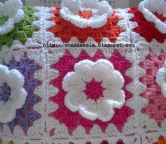 Em clima de Primavera (que estação maravilhosa!) teci esta outra capa de almofada florida:              detalhe da flor    No avesso fiz o m...