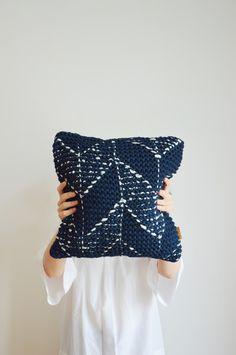 Weiches dunkelblaues Kissen, gestrickt, Lammwolle / super fluffy knitted cushion by hjärtslag via DaWanda.com