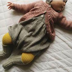 Den sødeste lille efterårs baby  // cutest baby all dressed for autumn  Foto @sbothilde, strik af @janeherning . #finest_strik #fineststrik #strikkemamma #strikkedilla #strik #strikk #striktilbaby #babystrik #babystrikk #babyknits #knittersofinstagram #knitting #knit #knitforyourkid #knitaddict #knitspiration #barnestrikk #knitting_inspiration #i_loveknitting #mammastrikk #veracardigan #vildedragt