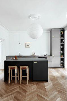 Modern Grey Kitchen, Grey Kitchen Designs, Minimalist Kitchen, Kitchen Interior, New Kitchen, Kitchen Decor, Cocinas Kitchen, Kitchen Cabinetry, Cuisines Design