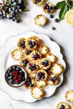 Mini Lemon Tarts Mini Lemon Tarts Recipe – these bite sized phyllo tarts are filled with lemon and ricotta filling and topped off with fresh blueberries. Ready in 20 minutes and perfect for entertaining a crowd. Mini Desserts, Desserts For A Crowd, Easy Desserts, Delicious Desserts, Tart Recipes, Sweet Recipes, Cooking Recipes, Vegetarian Recipes, Funnel Cakes