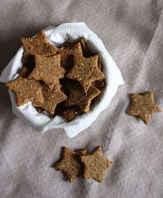 Aprenda a fazer um biscoito caseiro salgado e integral super gostoso e repleto de fibras. A receita é super fácil de fazer e rende bastante.