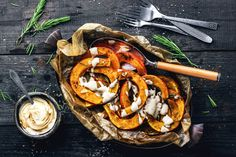 Kürbisspalten mit Tahini Joghurt Dip gesund lecker vegan Herbst kürbisrezept