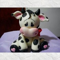 Adoro esta vaca !!!! Polymer Clay Animals, Fimo Clay, Polymer Clay Projects, Polymer Clay Creations, Polymer Clay Crafts, Clay Christmas Decorations, Fondant Animals, Clay Figurine, Cute Clay