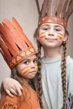 Halloween costume ideas for kids? You'll be judged for your kid's garb -- from sexy candy striper to simple witch outfit. Dress Up Costumes, Diy Costumes, Halloween Costumes, Costume Ideas, Indian Theme, Indian Party, Red Indian, Carnaval Kids, Indian Face Paints