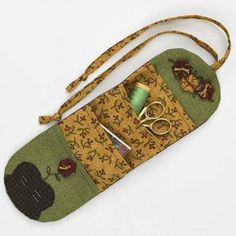 Sewing Supplies Roll Would be great for travel sewing kit. Sewing Case, Love Sewing, Patchwork Quilting, Sewing Hacks, Sewing Crafts, Sewing Kits, Creation Couture, Sewing Accessories, Sewing Projects For Beginners