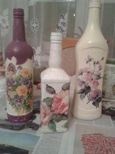 Resultado de imagen para how to fabric decoupage wine bottle Wine Bottle Art, Wine Bottle Crafts, Decoupage Glass, Recycled Glass Bottles, Jar Art, Altered Bottles, Vintage Bottles, Bottle Painting, Decoration