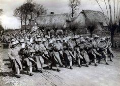 Desfile numa localidade em França depois da vitória Arnaldo Garcez/Liga dos Combatentes WWI Portuguese column after the victory in France.