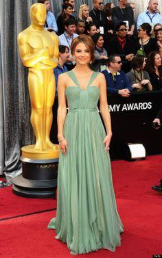 A atriz grega Maria Menounos, linda e simples. Ahazou no verde... Parece que o vestido flutua.