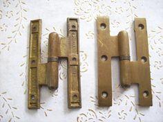 Cerniere dell'annata Italia spazzolato in ottone per porte Antique Hinges, Bathroom Hooks, Antiques, Italia, Antiquities, Antique