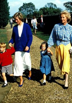 Update: September Princess Diana with Prince Harry and her niece, Eleanor Fellowes, and her mum, Frances Shand-Kydd. Circa 1987 or Estate. Diana is wearing a white pleated skirt and Royal Blue cardigan. Lady Diana Spencer, Diana Son, Spencer Family, Prince Harry Photos, Prince William And Harry, Prince Charles, Prince Henry, William Kate, Prince And Princess