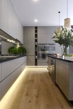 Modern kitchen design for a luxury interior via freshhouz. With on trend handle-less grey kitchen cabinets, wooden flooring, and built-in appliances, this is a beautiful example of a contemporary kitchen which combines style and functionality. Kitchen Cabinet Design, Kitchen Flooring, Kitchen Remodel, Kitchen Decor, Modern Kitchen, Contemporary Kitchen Design, Contemporary Kitchen, Kitchen Layout, Kitchen Design