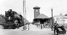 Fargo-Tour.jpg (Image JPEG, 1774×940 pixels). La gare de Fargo (Dakota du nord). Aux début des années 30, si on se fie à la voiture garée.