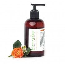 Wash away stress and lose yourself in the soothing and refreshing scent of clary sage, rose geranium, rose and lavender essential oils that promise to clarify and equalize the emotions. This rich body wash cleans gently, without stripping the skin's protective oils, leaving your skin soft and supple.