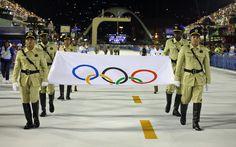 Bandeira com o símbolo das Olimpíadas é apresentada na Sapucaí antes dos desfiles