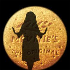 Je suis une auteure compositrice-interprète chanteuse née dans le quartier Londonien de Tottenham le 5 Mai 1988. Tous mes albums ont pour titre des nombres et ont connu un franc succès ! J'ai d'ailleurs remporté un Golden Globe ainsi qu'un Oscar pour la meilleure chanson originale en 2015 grâce aux aventures d'un célèbre agent secret. Chanteuse à la voix puissante, je suis...