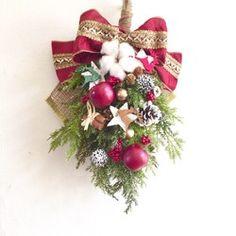 『冬支度ハンドメイド2017』発送は10月14日〜になります。○アーティフィシャルフラワー☆クリスマススワッグ02☆今年のクリスマスはスワッグを飾りたい!!ヨーロッパではリースと並んで魔除けや幸せを呼ぶ飾りとして飾られています。玄関やお部屋の壁に吊るしていただくだけで、クリスマス気分が高まります。クリスマスにピッタリな赤を基調にしました。木製のツリーオーナメント、シナモンスティックと一緒にアレンジしたので、派手すぎない可愛いスワッグになりました。○スワッグ 縦 約43㎝ 横 約28㎝アーティフィシャルフラワー柊ユーカリヒバリーフパインピック シルバーラメ松かさ スノー ナチュラル木ノ実 ゴールドゴールドリーフ姫リンゴ木製ツリーオーナメント ナチュラル2色シナモンスティックリボン クリスマスレッド レッド×ゴールド☆メッセージのお返事遅くなる場合がありますがご了承ください。 Love Flowers, Christmas Wreaths, Swag, Bouquet, Wall Decor, Holiday Decor, Crafts, Christmas Decor, Patterns