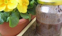Jak si vyrobit hnojivo z kávy, slupek od banánu a vaječných skořápek Herb Garden, Moscow Mule Mugs, Gardening Tips, Diy And Crafts, Mason Jars, Planter Pots, Remedies, Herbs, Vegetables