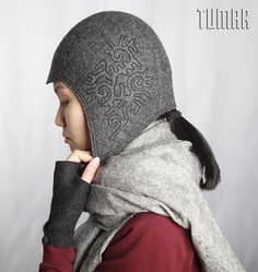 Hat with ear flaps. Felt: 100% felt.  Machine assembly. Tambour embroidery. Lining: 100% cotton canvas.