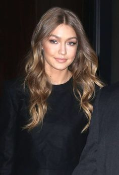 ♥️ Pinterest: DEBORAHPRAHA ♥️ Gigi Hadid walking around New York City. Beautiful hair style with balayage and curls!
