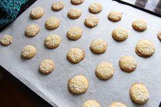 Lag vaniljeknapper med marsipan og hoff potetmel til jul Cookies, Desserts, Recipe, Board, Pastry Chef, Crack Crackers, Tailgate Desserts, Deserts, Biscuits
