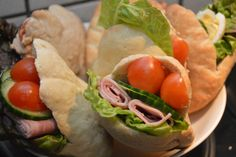 I dag et lille tip til fyld i pitabrødene. Salater, i alle afskygninger kan jo bruges.Vi får salat 5 ud af 7 dage i ugen og hvis der er noget tilbage kommer det altid med i madpakkerne, fx. som fyld i pitabrød eller sandwich. Ideen til bulgursalat i pitabrød, fik jeg i den gode GoCook app, ....