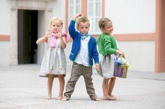 Salzburger Heimatwerk -  Tracht für Kinder Barefoot Girls, The Old Days, Traditional Dresses, Harajuku, Old Things, Children, Fashion, Jackets, Young Children
