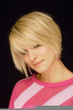 das Modell trägt eine glasige weichere Blondine, die von oben nach unten fährt und an einer Seite in die kantige Winkel. Das Haar entlang des Rücke...