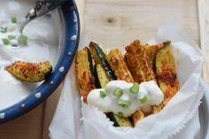 Pommes aus Zucchini - mal etwas ganz anderes. Low Carb und trotzdem sehr lecker! Dazu Sour Cream - beides blitzschnell zubereitet!