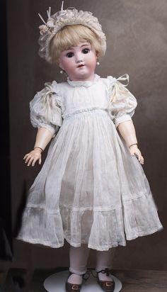 Большая немецкая кукла Heinrich Handwerck/ Simon & Halbig 68 см высотой. Старинное батистовое платье, кружевной головной убор.