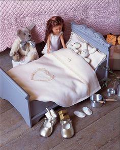 Lit de poupées fabriqué en bois récupéré, peint en bleu et orné de draps en lin rose