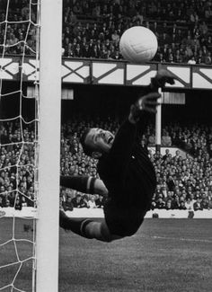 USSR goalkeeper Lev Yashin in action at the 1966 World Cup Finals. France Football, World Football, School Football, Football Soccer, Football Icon, Rangers Football, Best Football Players, Soccer Players, Fc Nantes