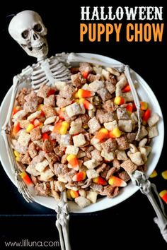 Black and White Halloween Puppy Chow // Halloween Snacks Halloween Snacks, Hallowen Food, Bolo Halloween, Postres Halloween, Halloween Puppy, Recetas Halloween, Halloween Party Appetizers, Theme Halloween, Halloween Goodies
