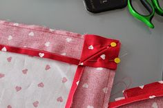 Axia di Mithril: Tutorial: Come fare un bordo applicato Sewing Hacks, Sewing Crafts, Diy Crafts, Pewter Art, Sewing Rooms, Couture, Machine Quilting, Decoration, Shabby Chic