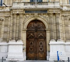 i remember standing in front of the prefecture and admiring that door!!!!