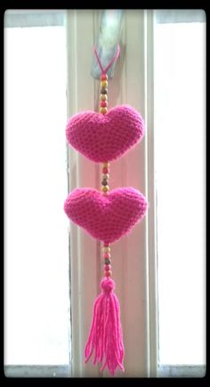 colgante de corazones - corazones tejido al crohet Crochet Home, Love Crochet, Crochet Gifts, Knit Crochet, Knitting Patterns, Crochet Garland, Diy And Crafts, Arts And Crafts, Crochet Hearts