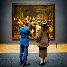 Amsterdam, 13 april 2013: Wim Pijbes, directeur van het Rijksmuseum en de Koningin bekijken de Nachtwacht © Rijksmuseum, foto: Vincent Mentzel.