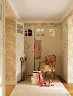 Pink color accents are ideal for romantic home decorating ideas that create very feminine, soft and tender rooms and outdoor living spaces with floral wallpaper patterns and soft fabrics Small Space Living, Living Spaces, Shabby Cottage, Shabby Chic, Floral Pattern Wallpaper, Wallpaper Patterns, Dressing Room Closet, Dressing Rooms, Yellow Sofa