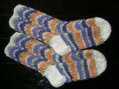 Olen tehnyt aika monia polvekeraitasukkia, joten päätin kaikkien iloksi ja ohjeen etsimisen helpottamiseksi julkaista ohjeen blogissani. M... Knitting Socks, Knit Crochet, Crochet Patterns, Inspiration, Tutorials, Knit Socks, Biblical Inspiration, Crochet Pattern, Ganchillo