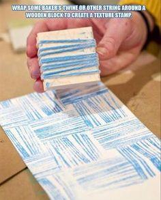 Mit einem einfachen Holzklötzchen und Faden lässt sich ein dekorativer Stempel basteln - schön fürs Geschenkpapier!