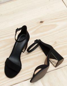 Sandalette mit Riemchen und Detail am Absatz. Entdecken Sie diese und viele andere Kleidungsstücke in Bershka unter neue Produkte jede Woche