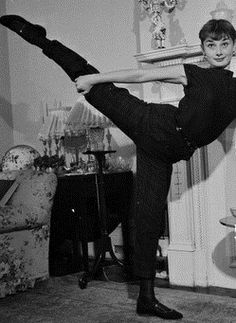 Audrey Hepburn doing ballet - so graceful Audrey Hepburn Born, Audrey Hepburn Photos, Viejo Hollywood, Old Hollywood, Marilyn Monroe, My Sun And Stars, Fair Lady, Julia Roberts, Breakfast At Tiffanys