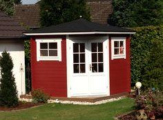 Platzsparend und freundlich ist dieses kompakte Fünfeck-Gartenhaus in Schwedenrot mit Tür und Fensterrahmen in klarem Weiß.