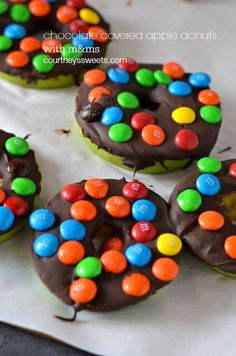 M&M covered Chocolate Covered Apples Recipe - fun snack for the kids and for the whole crowd! They look like doughnuts!!