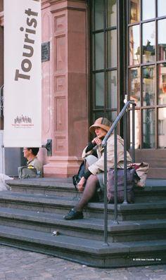 #turisti   per il mondo in contemplazione, ma ben identificati. #instileturista  #Frankfurt