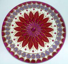 Mandala em vidro de 25cm de diâmetro, pintura vitral, decorada com pedrinhas acrílicas, com gancho de metal para ser colocada na parede. R$ 69,00