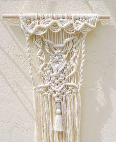 Tissage mural macramé. Dimensions : Tissage : H : 50 cm X L 15 cm Barre en bois clair : L : 30 cm Hauteur totale (tissage + suspension) : 70 cm Tenture murale en coton - 20915104