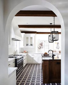 DESIGN TREND ALERT: and This kitchen by has traditional feel, but it's oh so modern! Your likes ♥️ make my posts visible to other ppl. Kitchen Decor, Kitchen Design, Cozy Kitchen, Country Kitchen, Kitchen Ideas, Spanish Kitchen, Mediterranean Kitchen, Italian Interior Design, Loft